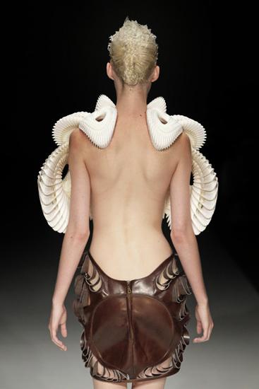 Φουτουριστική Πανοπλία απο τον Ris Van Herpen, SS11 Amsterdam Fashionweek