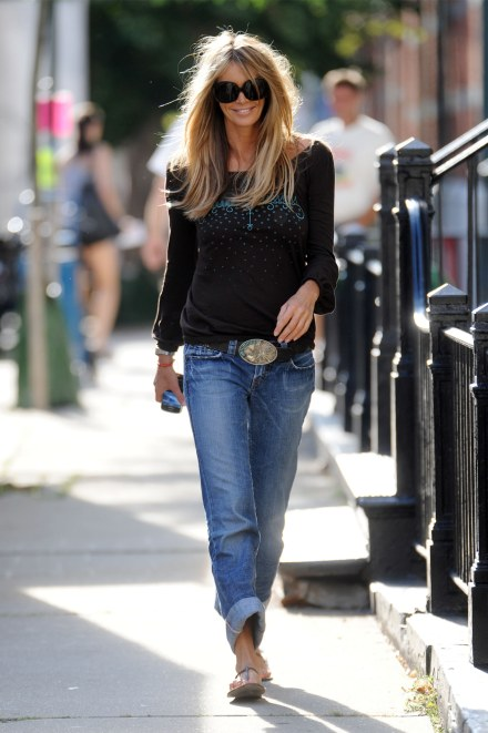 Elle-Macpherson-1921-jeans rolled up