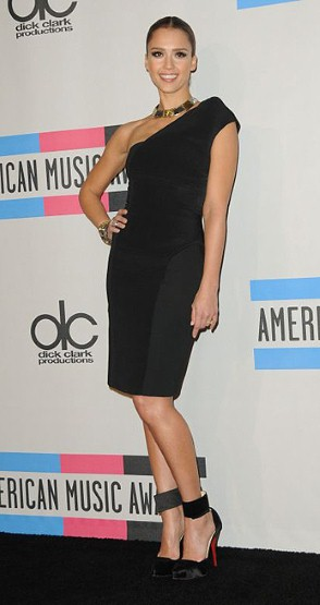 Jessica Alba Little black dress, παπούτσια Christian Louboutin