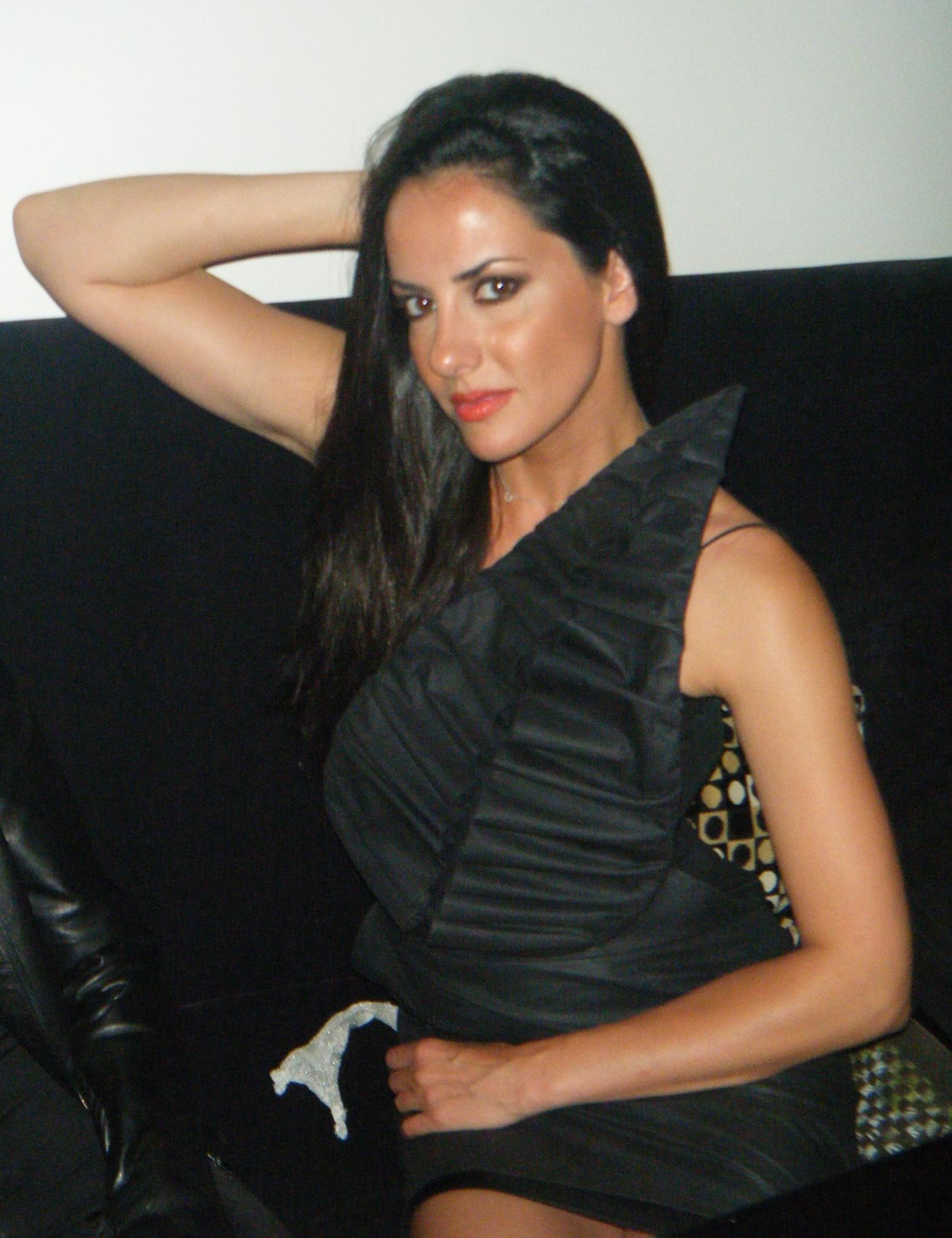 Ευη Αδάμ με μαύρο φόρεμα με φύλλο της Charlotte Eskildsen