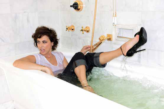 Inès de la Fressange γόβες στιλέττο στη μπανιέρα