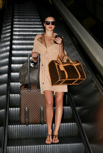 Celebrity luggage Louis Vuitton, carried here by Miranda Kerr !!