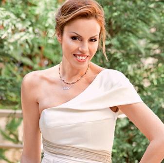 Ιωαννα Σουλιώτη, πορτραίτο με μπεζ φόρεμα